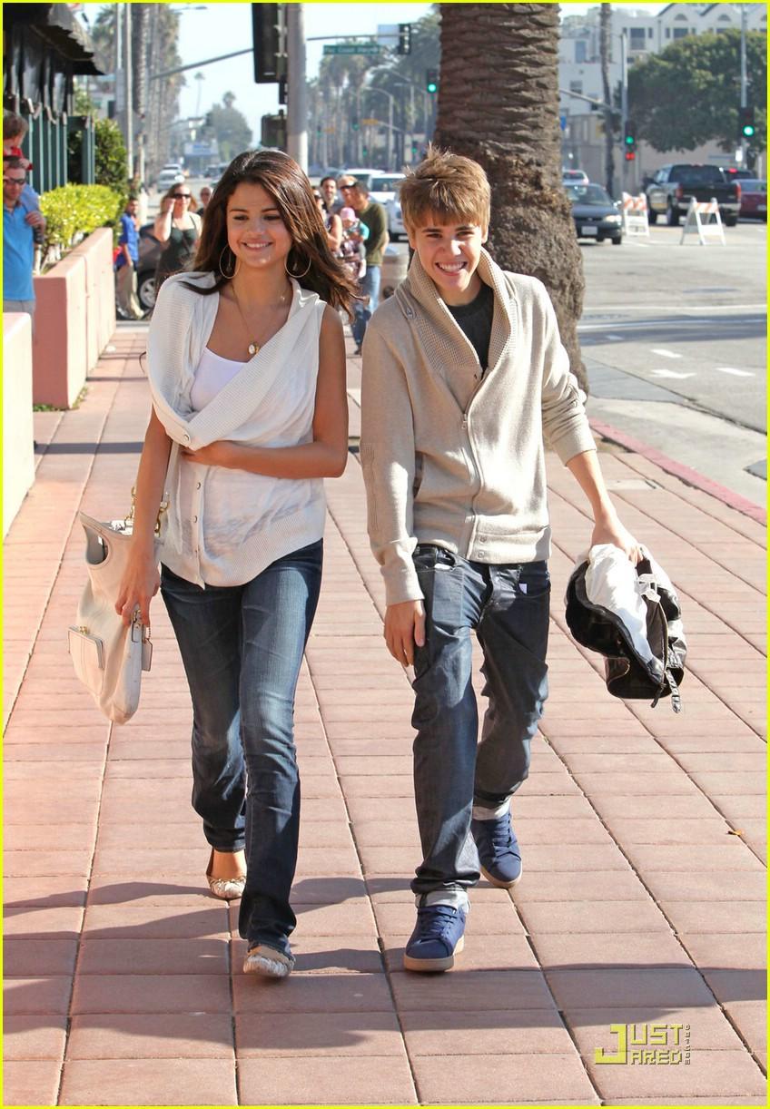 justin bieber selena gomez santa monica 01 Justin Bieber and Selena Gomez holding hands on date in Santa Monica 2011