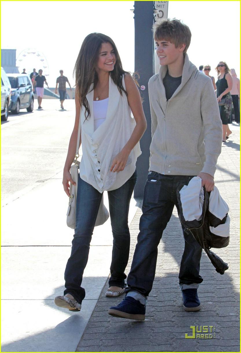 justin bieber selena gomez santa monica 02 Justin Bieber and Selena Gomez holding hands on date in Santa Monica 2011