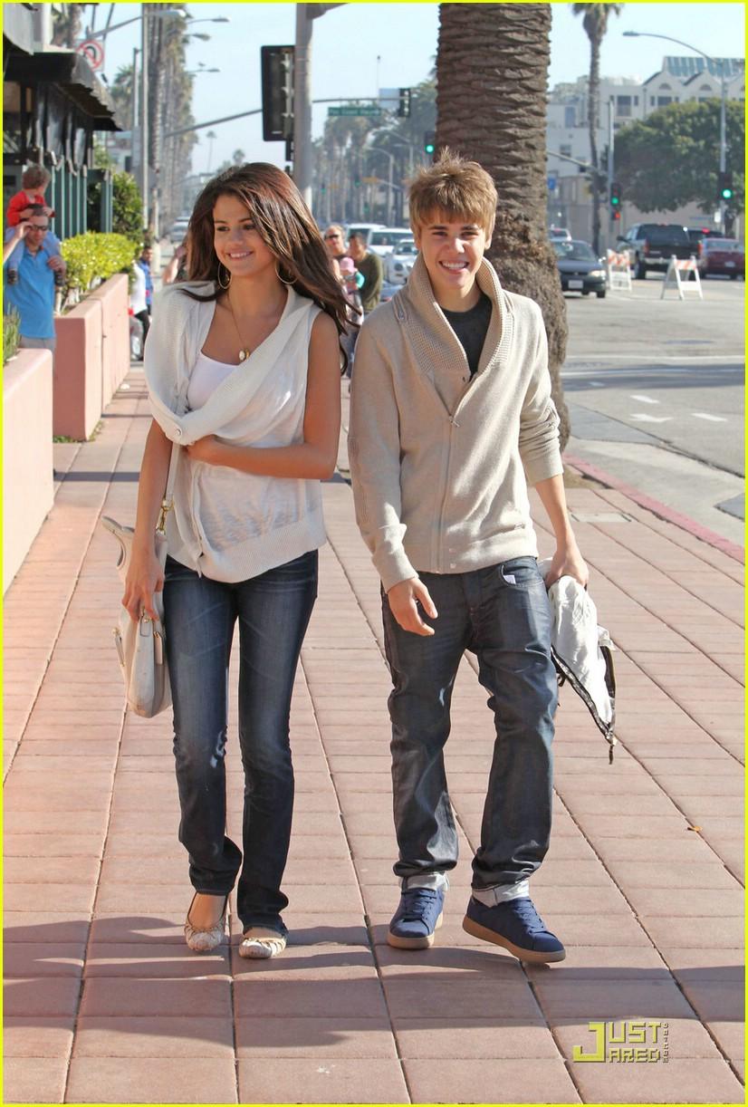 justin bieber selena gomez santa monica 03 Justin Bieber and Selena Gomez holding hands on date in Santa Monica 2011