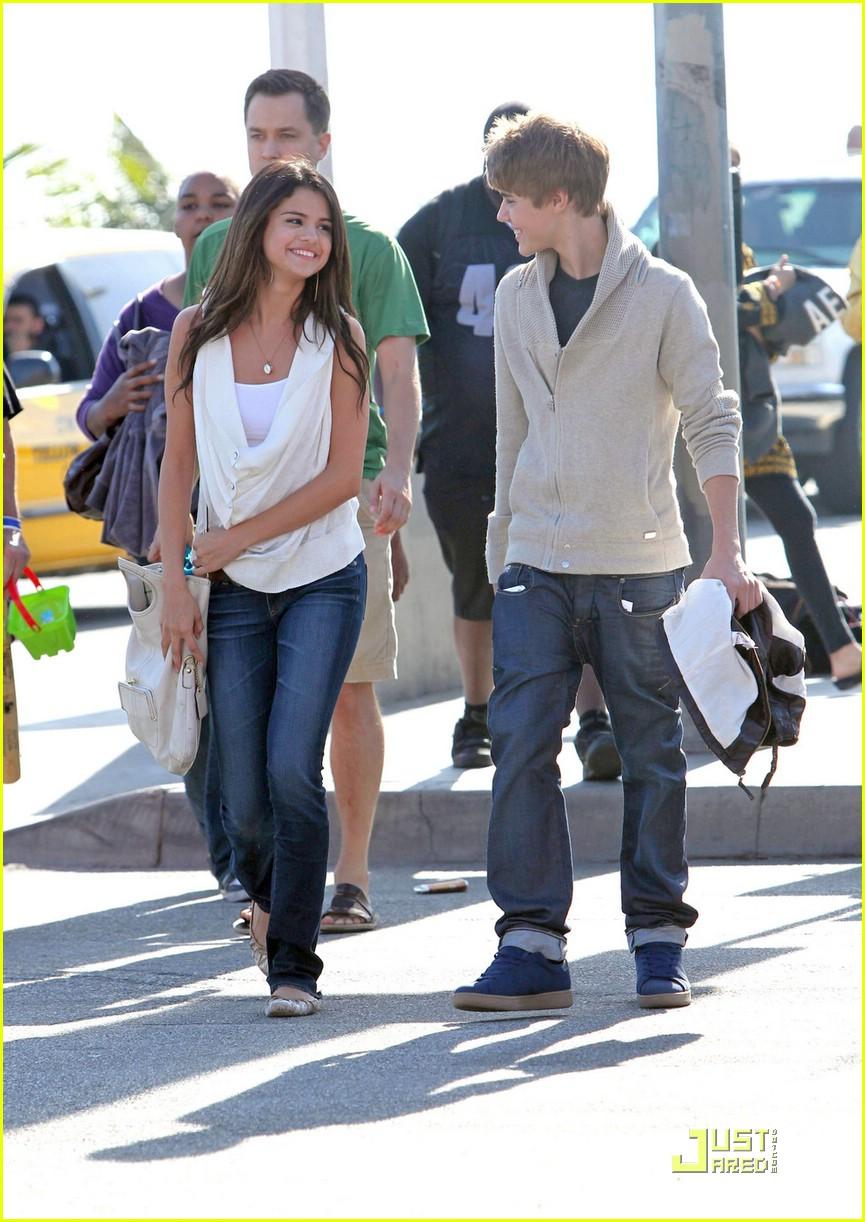 justin bieber selena gomez santa monica 04 Justin Bieber and Selena Gomez holding hands on date in Santa Monica 2011