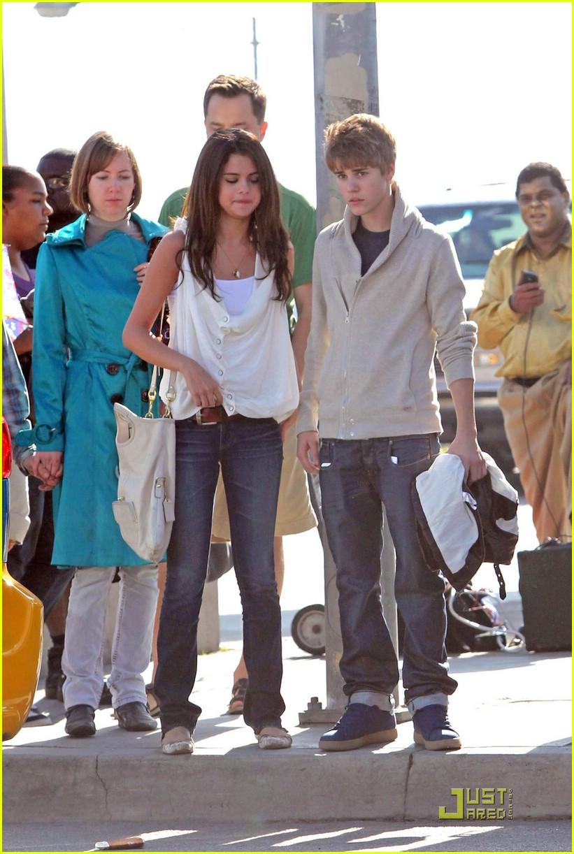 justin bieber selena gomez santa monica 06 Justin Bieber and Selena Gomez holding hands on date in Santa Monica 2011