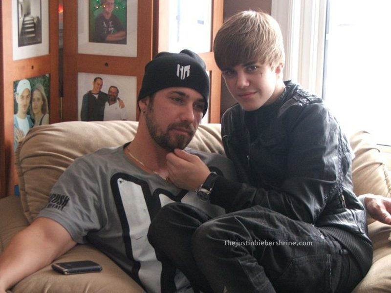 justinbieber dad jeremybieber sitting lap 2011 Justin Bieber sitting on his dad Jeremys lap 2011