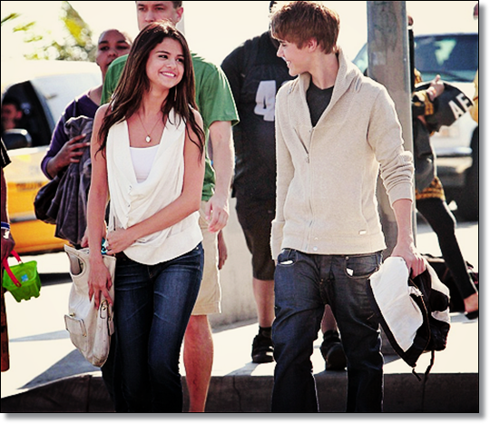 justinbieber selenagomez walking santamonica Justin Bieber Makes Selena Gomez So Happy  2011