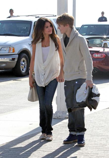 selena justin holding hands 14 Justin Bieber and Selena Gomez holding hands on date in Santa Monica 2011
