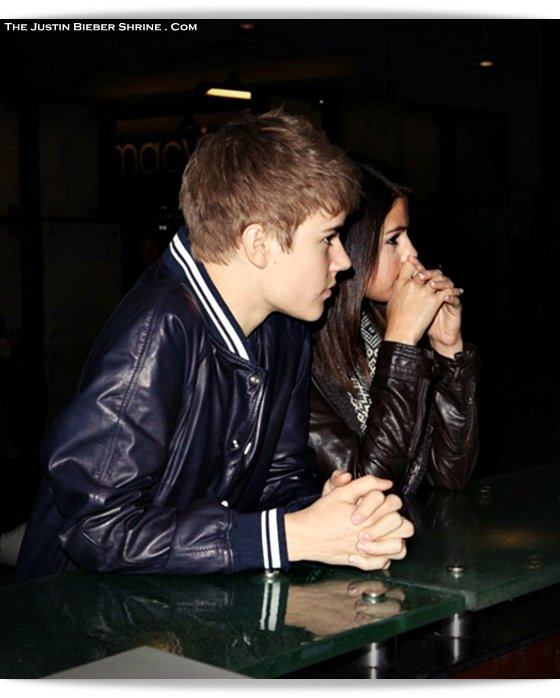 justinbieber selenagomez date shermanoaksgalleria 2011 Justin and Selena make out at Sherman Oaks Galleria on his 17th birthday 2011