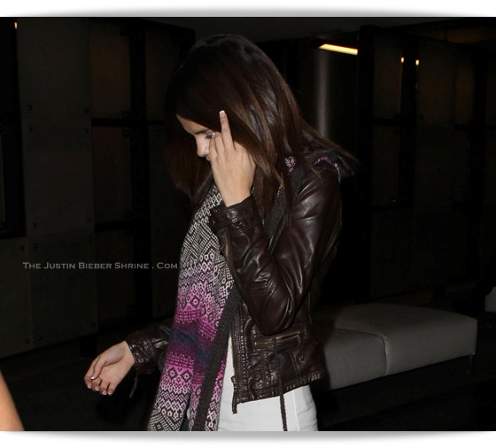 justin bieber and selena gomez pictures 2011. Selena also flips the paps her