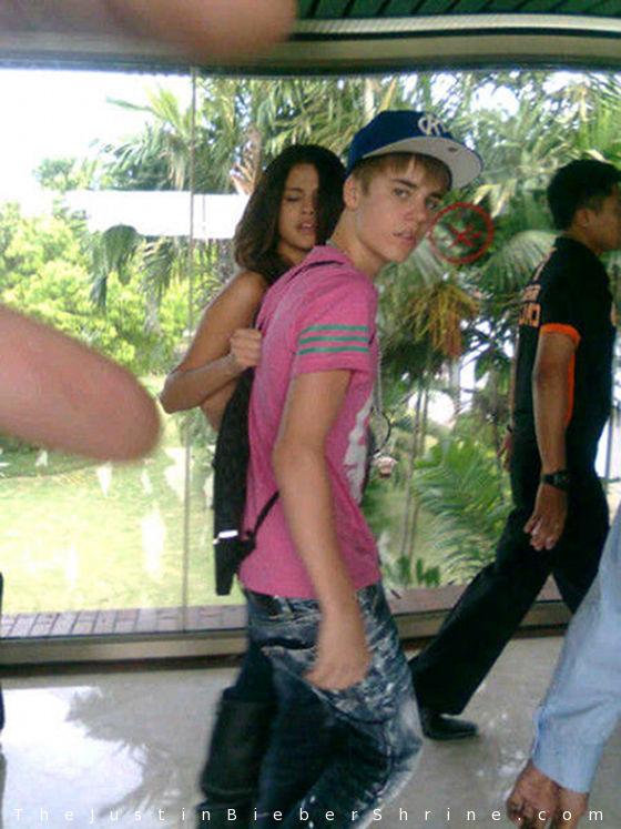 justinbieber selenagomez jakarta indonesia Justin Bieber & Selena Gomez arrives in Jakarta, Indonesia April 22, 2011 2011