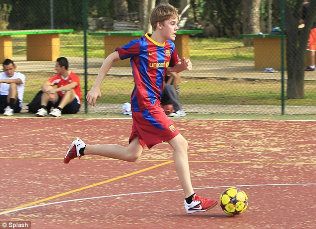 justin bieber barcelona soccer. Video of Justin Bieber playing