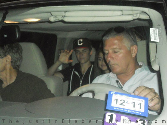 justin and selena pappasitos texas3 Justin Bieber & Selena Gomez leaving Pappasitos restaurant in Texas 2011