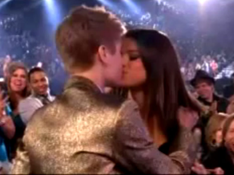 selena gomez and justin bieber 2011 billboard awards. Justin Bieber kissing Selena
