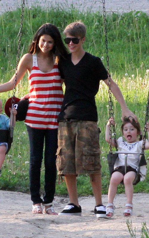 justin bieber family 2011. justinbieber selenagomez