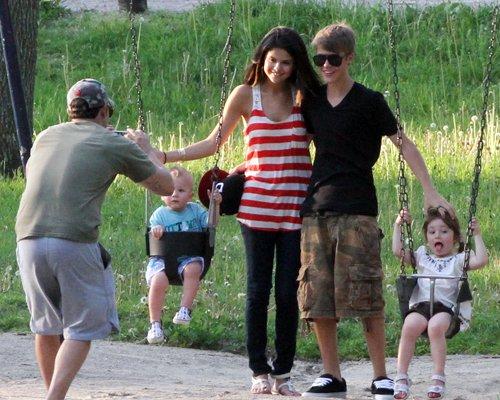 justinbieber selenagomez family 05 Selena Gomez visits Justin Biebers family in Toronto June 1 2011 2011