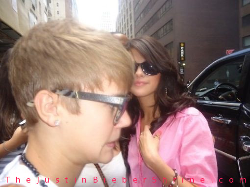 justinbieberfunnyfacepicture selenagomez Justin Bieber funny face picture in NYC 2011