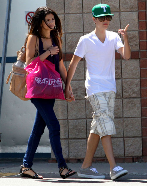 justinbieberselenagomezshopping Selena Gomez wants Justin Bieber to stop spending money on her 2011