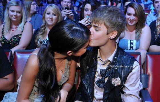 justinbieberselenagomez kissing2011 teenchoiceawards1 560x358 Justin Bieber & Selena Gomez kissing 2011 Teen Choice Awards pictures 2011