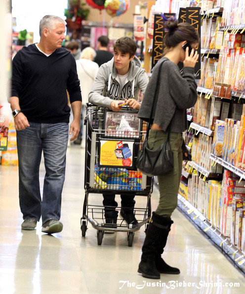 justin bieber and selena gomez shopping 2012