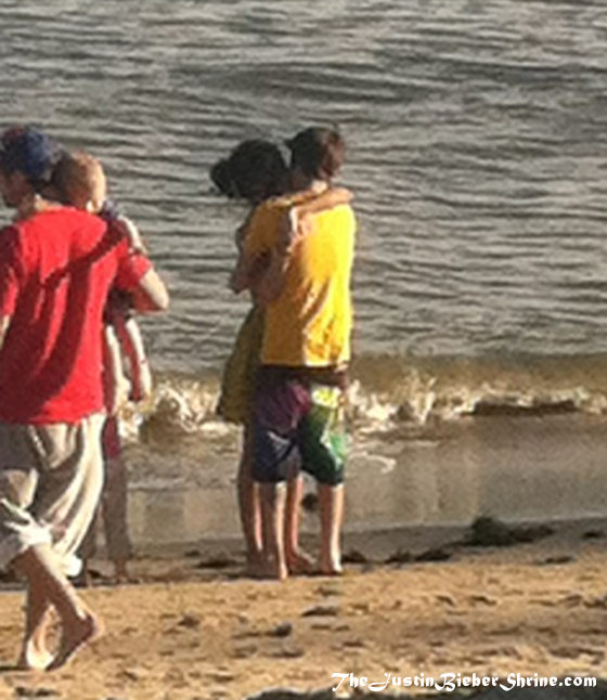 selena gomez justin bieber kissing makeout beach 2012 Selena Gomez and Justin Bieber making out in front of his family! 2011