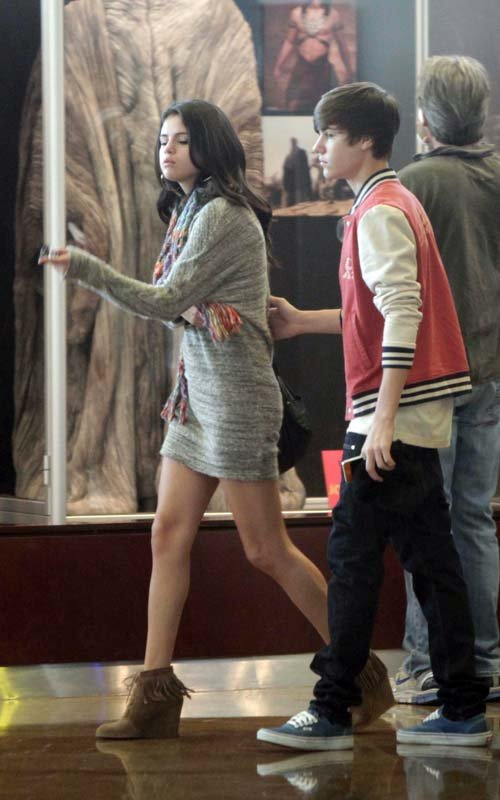 selena justin bieber shopping sherman oaks Justin Bieber takes Selena Gomez out for lunch & a movie date 2011