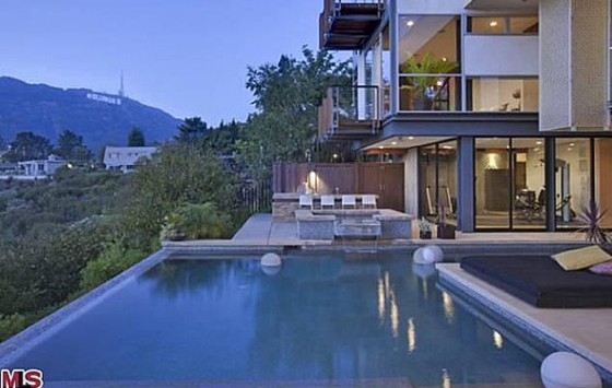 justin bieber new house 2012 pool 560x355 Justin Biebers NEW HOUSE in the Hollywood Hills, Los Angeles 2011