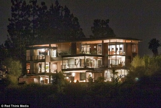 justin biebers new house 2012 e 560x375 Justin Biebers NEW HOUSE in the Hollywood Hills, Los Angeles 2011