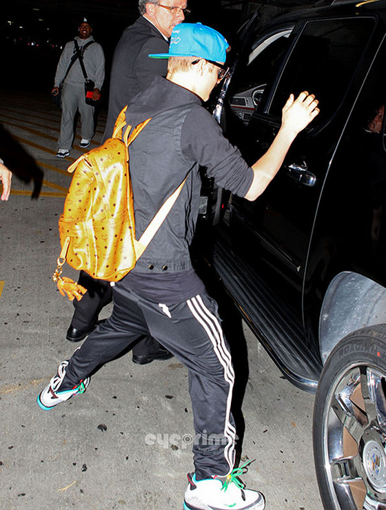 justin bieber legs spread miami april2012 Justin Bieber lands in Miami April 12, 2012 2011