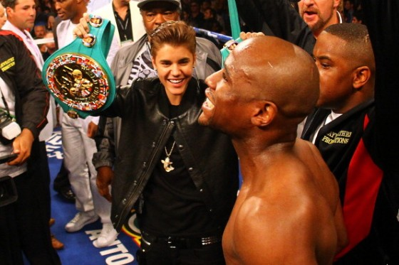 justinbieberfloydmayweather2012 560x373 Justin Bieber at Floyd Mayweather Boxing Fight Las Vegas May 5, 2012 2011