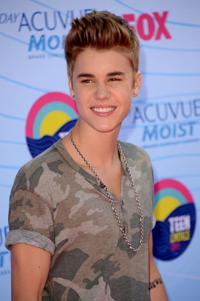 justin bieber 2012 teen choice awards 2 Pictures of Justin Bieber @ 2012 Teen Choice Awards Red Carpet 2011