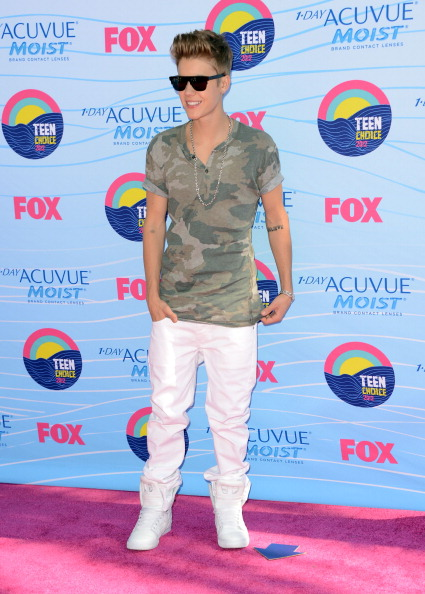 justin bieber 2012 teen choice awards outfit Pictures of Justin Bieber @ 2012 Teen Choice Awards Red Carpet 2011