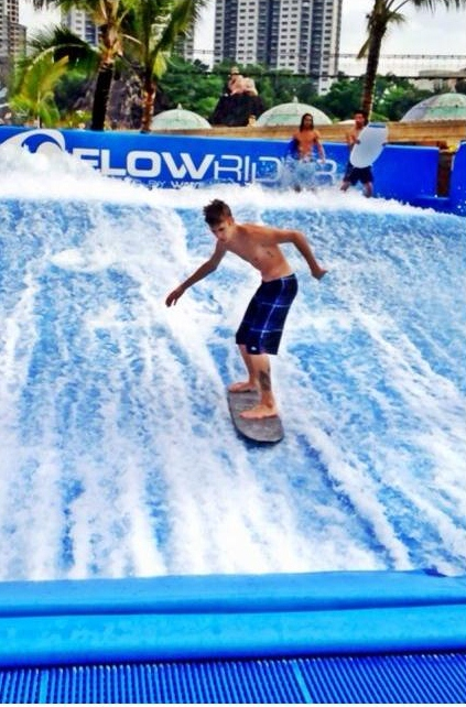 Justin Bieber & Selena Gomez surfing in Malaysia July 13, 2012 post image