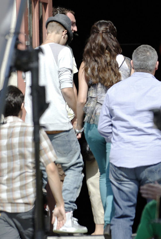 justin bieber selena gomez holding hands aug2012 Justin Bieber visits Selena Gomez at Parental Guidance movie set! 2011