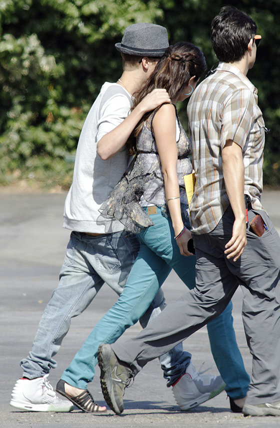 justin bieber selena gomez walking on set Justin Bieber visits Selena Gomez at Parental Guidance movie set! 2011