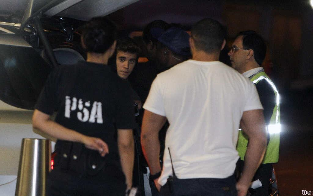 justin-bieber-Buenos-Aires-Argentina-pictures-arrival-nov-2013-09