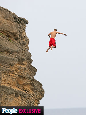 justin-bieber-cliff-jumping-hawaii-2013