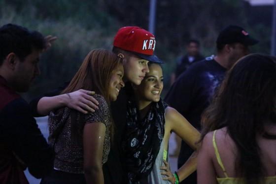justin-bieber-rio-de-janeiro-brazil-fans-nov-2013-03