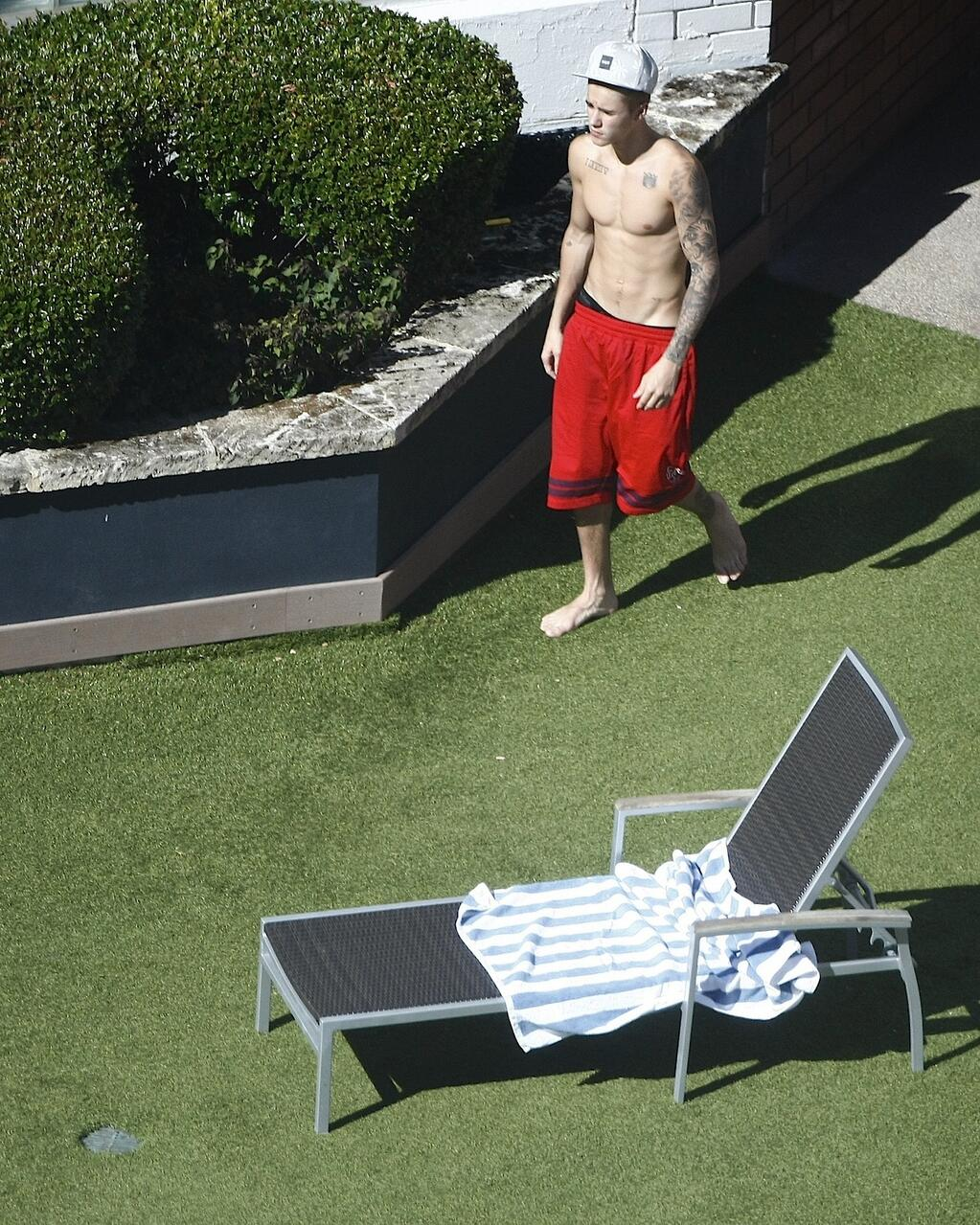 Justin bieber hanging by the pool in perth australia dec for Pool show 2015 perth