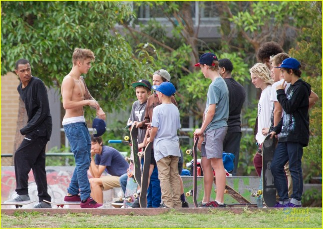 Exclusive - Shirtless Justin Bieber Shows Off His Skateboarding Skills