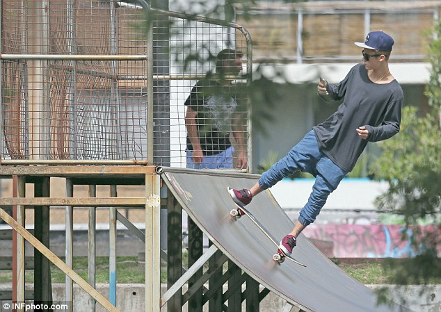 justin-bieber-sydney-australia-skateboarding-02
