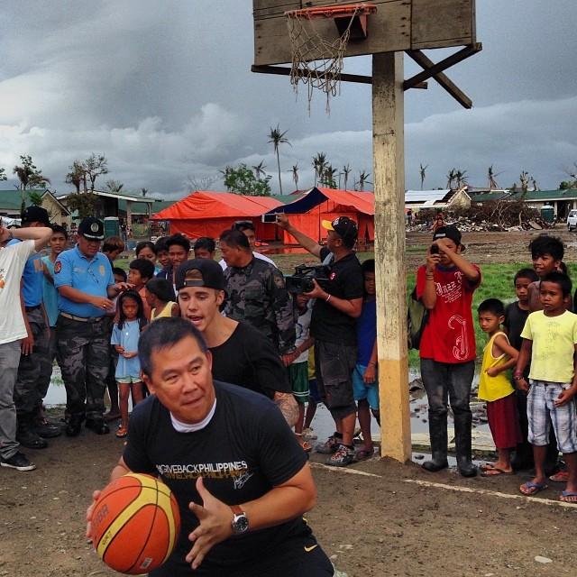justin-bieber-tacloban-philippines-2013-a
