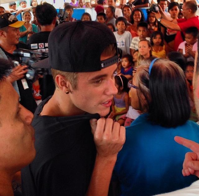 justin-bieber-tacloban-philippines-2013